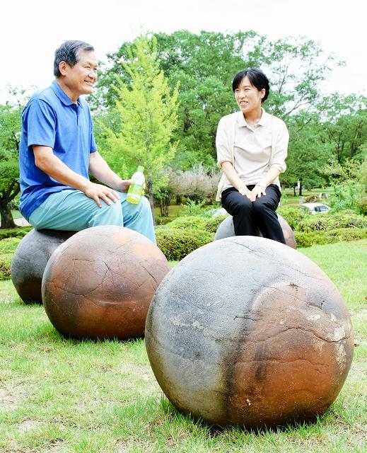 芝生の上に設置された越前焼の球状の椅子=福井県越前町小曽原の県陶芸館
