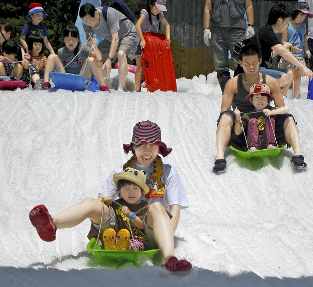 夏に雪を使った遊びでにぎわった恐竜雪まつり=2016年、福井県勝山市の長尾山総合公園