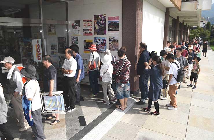諏訪湖祭湖上花火大会の有料自由席券を求め、諏訪市文化センターに並んだ人たち