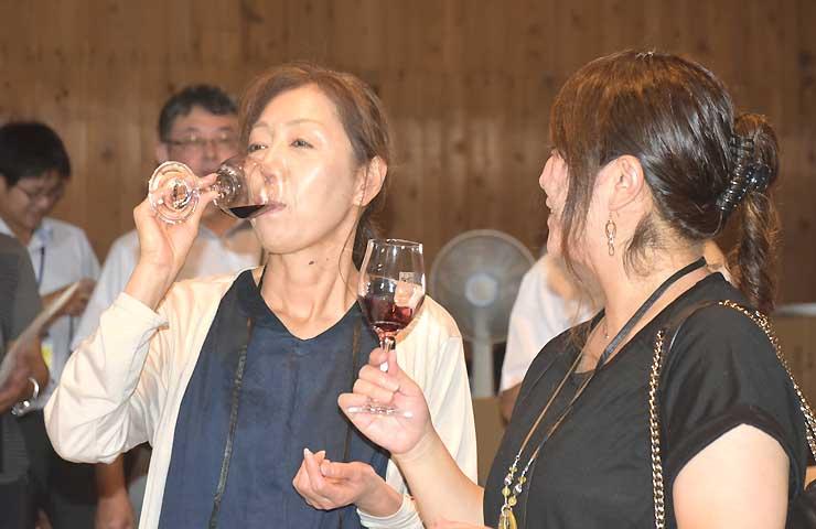 千曲市産ブドウで出来たワインを味わう試飲会の参加者