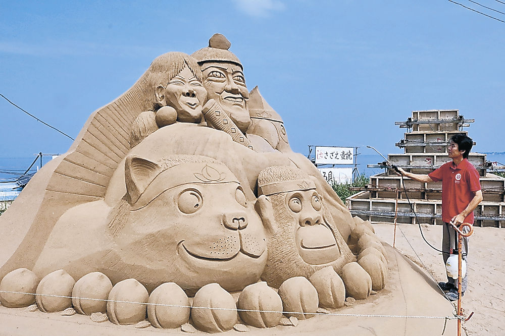 制作が進む大型砂像=羽咋市の千里浜海岸