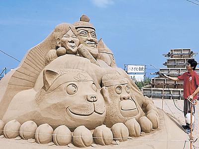 大型砂像、海水浴客出迎え 羽咋・千里浜 「桃太郎侍」見参