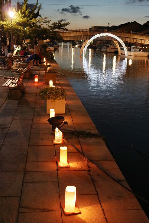 内川沿いを彩る手作りの灯籠や橋に設置されたイルミネーション=射水市中央町