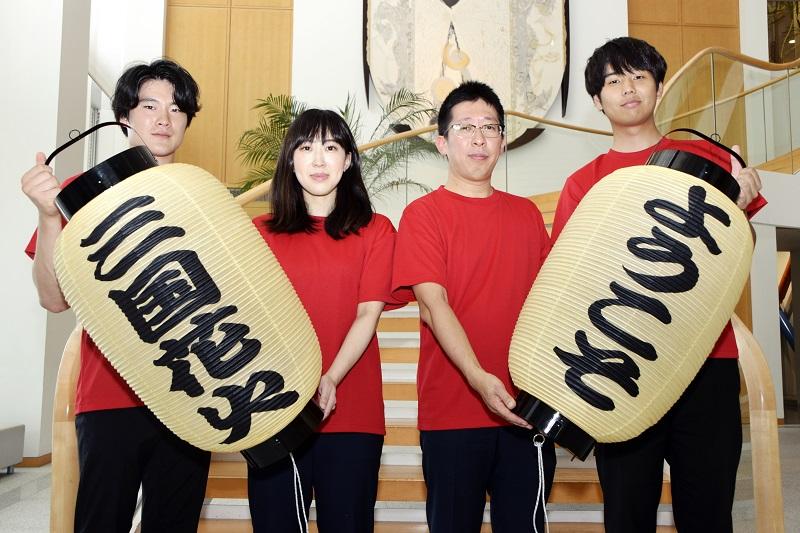 三国花火大会への来場を呼び掛ける宣伝隊=7月27日、福井新聞社