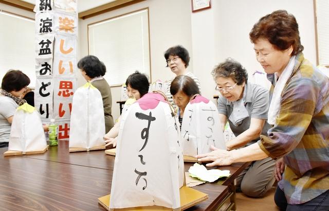 納涼盆踊りに向けて灯籠作りに精を出す住民=7月28日、福井県美浜町の佐田ふれあい会館
