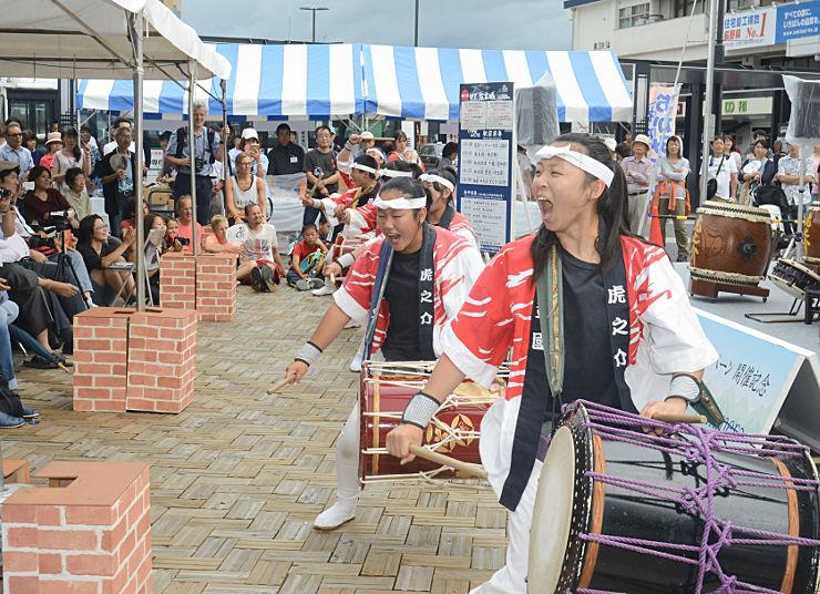 松本駅前で太鼓演奏を披露する女性ら
