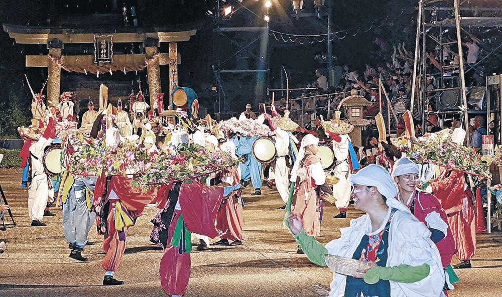 躍動的な踊りを繰り広げる出演者=加賀市山代温泉の服部神社前
