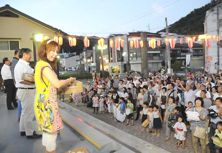 御嶽海関の優勝を祝って行われた餅投げに参加した大道マルガリータさん(左手前)