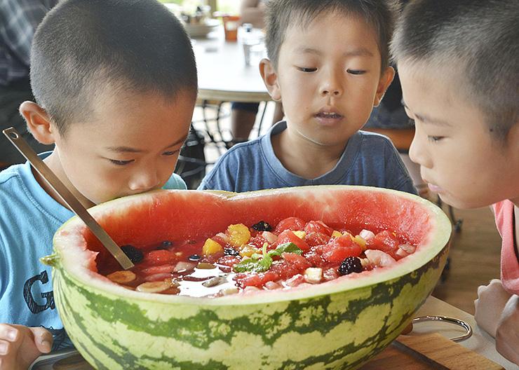 「入善ジャンボスイカ」を使ったフルーツポンチを見る子どもたち=町健康交流プラザ・サンウェル