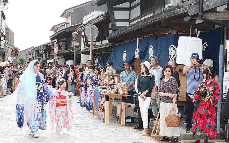昨年の金屋町楽市で行われた石畳通りを舞台にした着物のファッションショー=高岡市金屋町