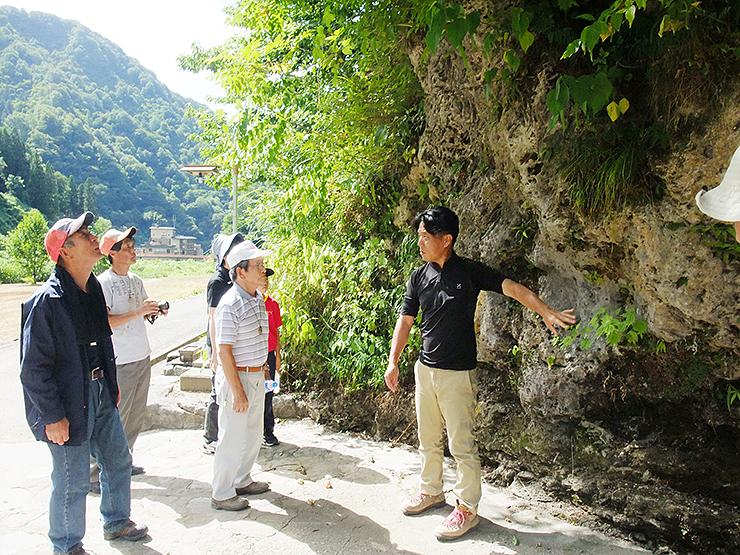 小川温泉元湯の石灰華を見学する参加者