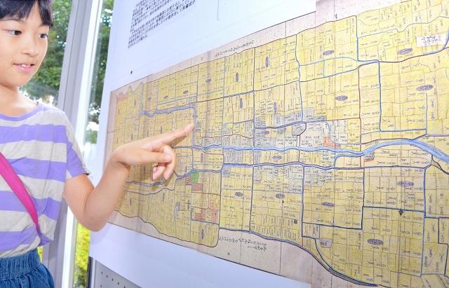 明治時代に作られた地図などを紹介している企画展=7月27日、福井県福井市の県立図書館