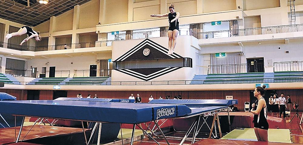練習に臨むトランポリンのニュージーランド代表選手=小松総合体育館