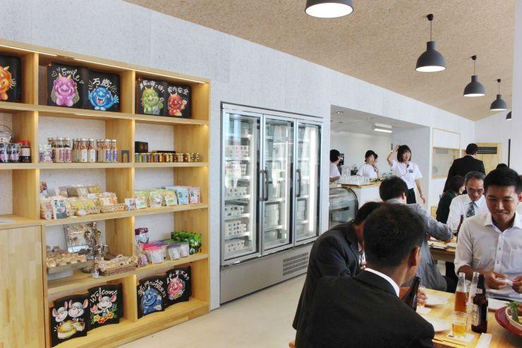 阿賀野産の食材を使った料理を提供する「瓦テラス」。物品販売も行う=30日、阿賀野市