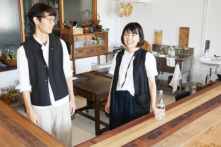 新たにオープンした「HOUSEHOLD」のキッチンに立つ笹倉さん(左)と妻の奈津美さん