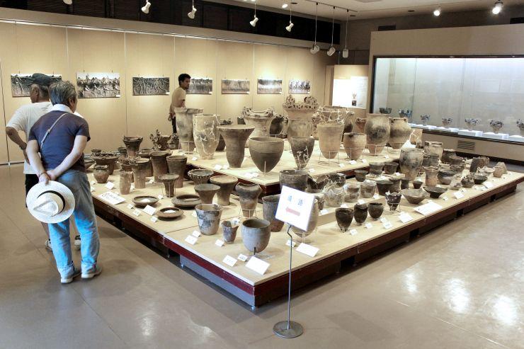 十日町市博物館が所蔵する火焔型土器など約150点を展示している縄文土器展=同博物館