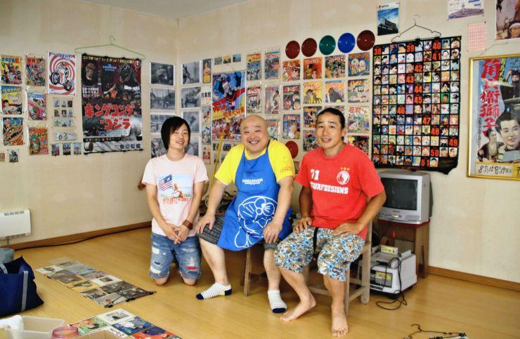 温泉施設でのレトロ展開催へ意気込む(右から)榎本さん、桜井さん、高村さん=30日、魚沼市七日市新田