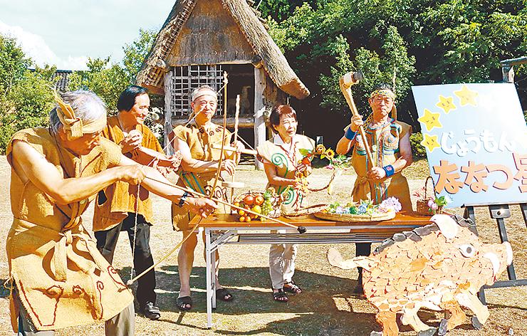 縄文時代風の衣装を着てPRするメンバー
