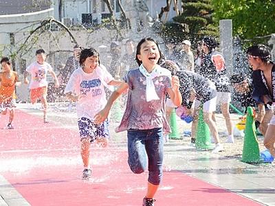 びしょぬれで走れ!水かけ祭り 水量20トン 福井市