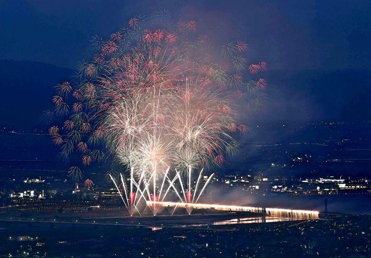 長岡開府400年を記念して打ち上げられたスターマインと、ナイアガラ=8月2日午後7時30分前、長岡市