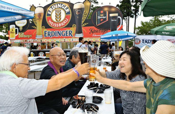 大勢の客がドイツビールを味わった上越オクトーバーフェスト=8月2日、上越市