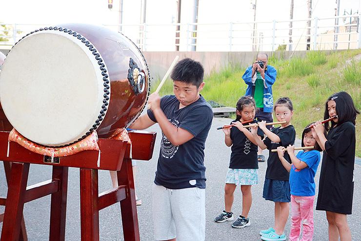 囃子を披露する継承少年団の子どもたち=海の駅蜃気楼