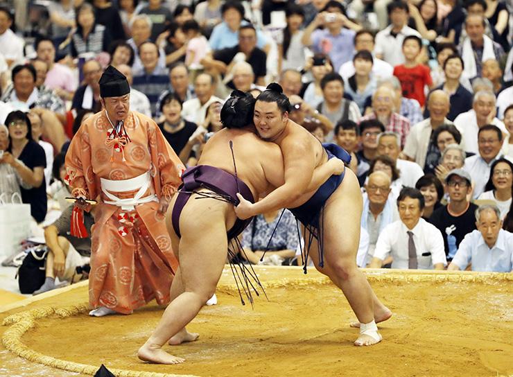 遠藤との力のこもった取組を見せ会場を沸かせた朝乃山(右)=ありそドーム