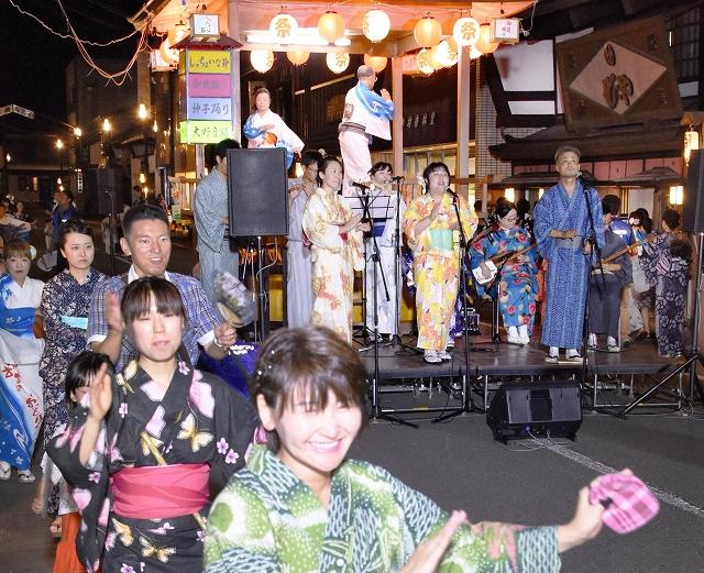 生演奏に合わせて大野音頭を踊る市民ら=昨年8月12日、福井県大野市の五番商店街