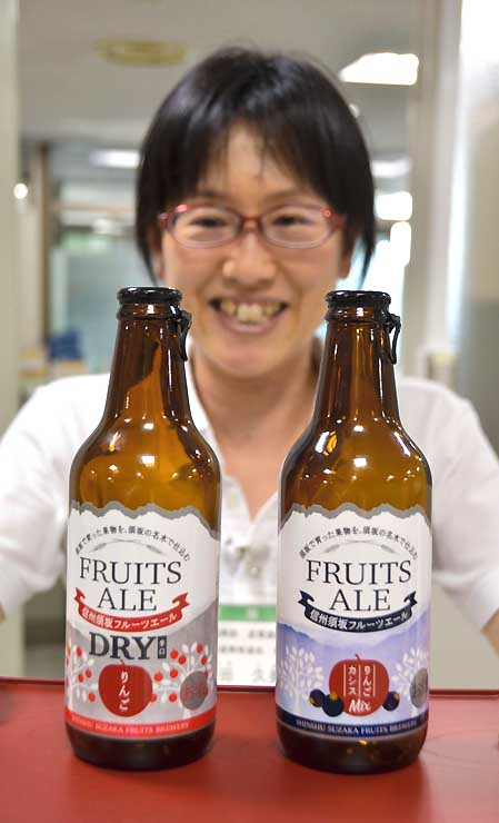 新たに販売を始めた「りんご&カシスミックス」(右)と「りんごDRY辛口」