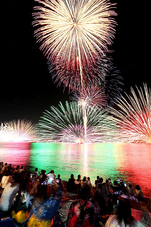 約1500発が打ち上げられたくろべ生地浜海上花火大会=黒部市の生地浜(多重露光)
