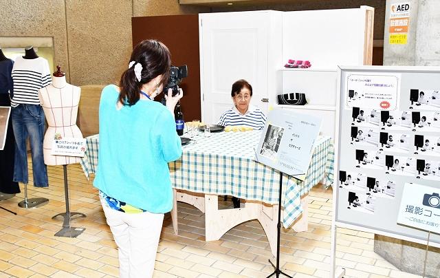 ボーダーシャツを着て、撮影を楽しむ来館者ら=8月4日、福井県立美術館