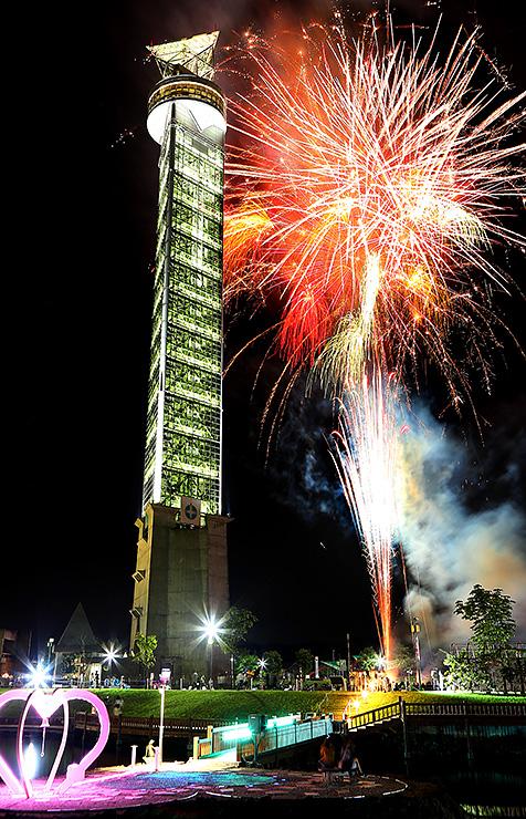 タワーと共演するように夜空を彩った花火=クロスランドおやべ(多重露光、写真部次長・吉田博昌)