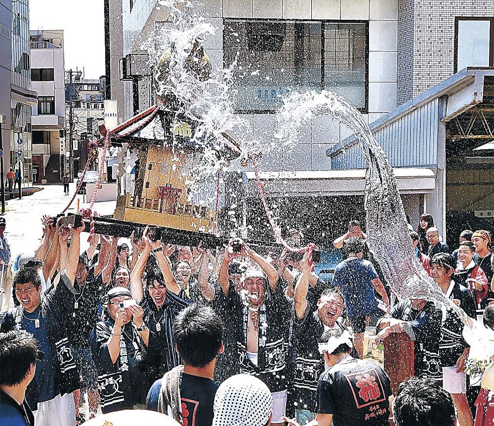 水を浴びながら神輿を担ぐ参加者=柿木畠
