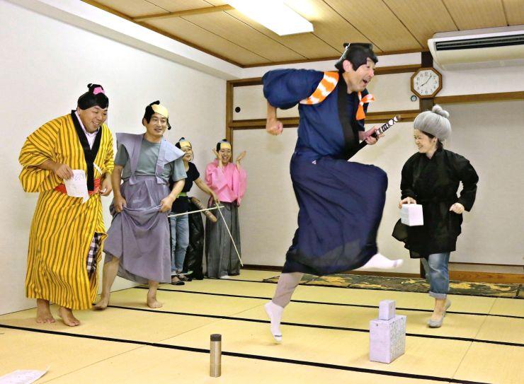 「高田馬場の決闘」を題材にした寸劇の稽古に励む住民たち=新潟市南区