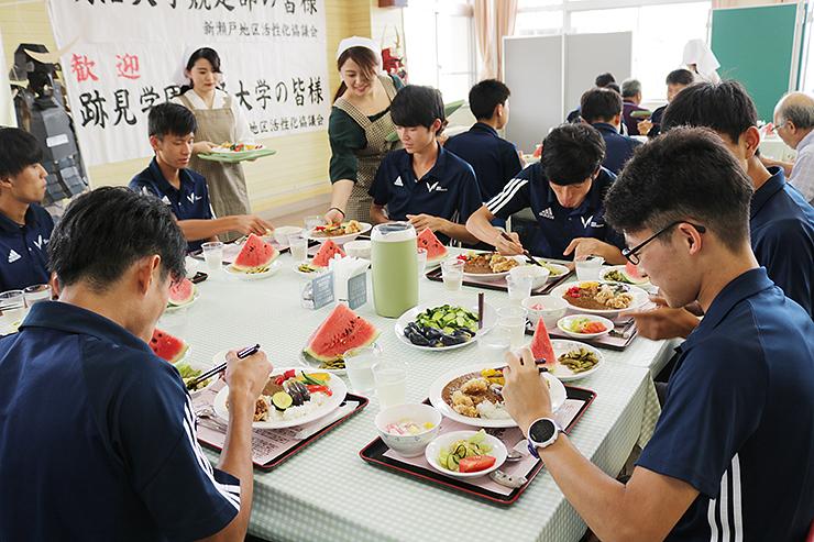 昼食を楽しむ明治大の学生ら