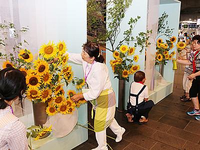 季節の花でお出迎え とやまエキナカデコレーション