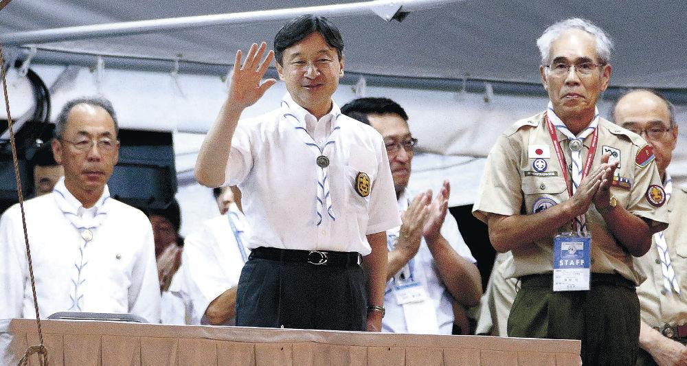 日本スカウトジャンボリーの大集会に出席され、貴賓席から手を振る皇太子さま=珠洲市のりふれっしゅ村鉢ケ崎