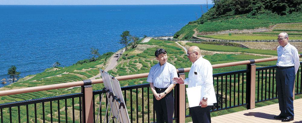 白米千枚田で梶文秋輪島市長から説明を受ける皇太子さま=輪島市白米町