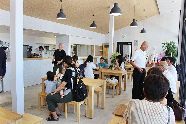 瓦テラスの外観と、初日から多くの人でにぎわうレストラン=8日、阿賀野市保田