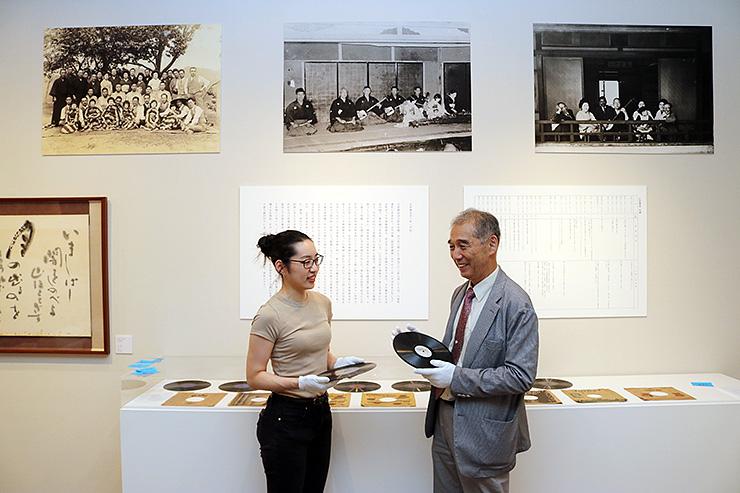 江尻豊治についての資料の展示作業をする職員=西田美術館