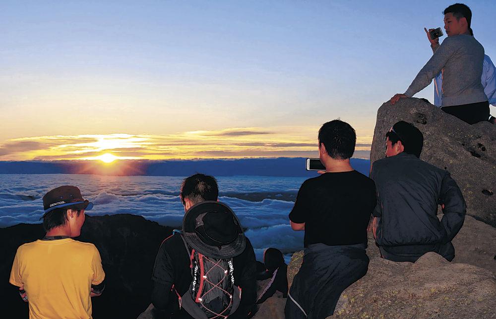 東の空で輝く御来光=白山・御前峰