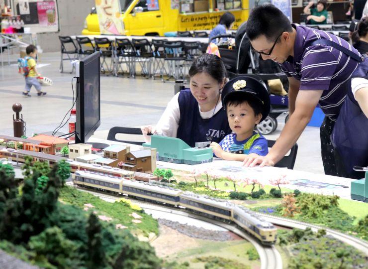 子どもたちが鉄道模型の運転などを楽しんだ「わくわく鉄道ランド」=9日、新潟市中央区