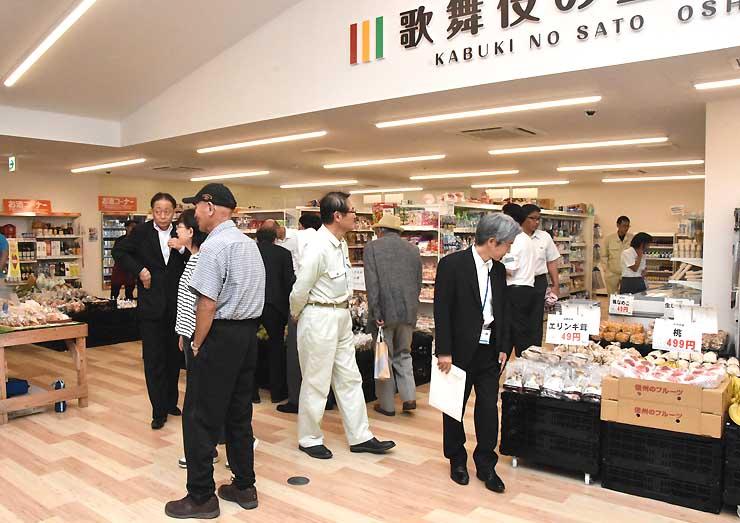 村民らで早速にぎわう道の駅「歌舞伎の里大鹿」の商業施設