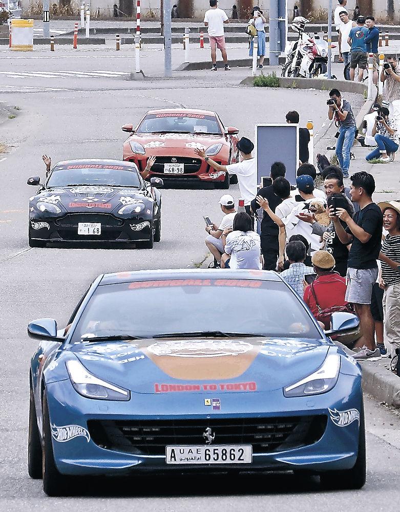 ガムボールに参加した高級スポーツカー=小松市の日本自動車博物館前