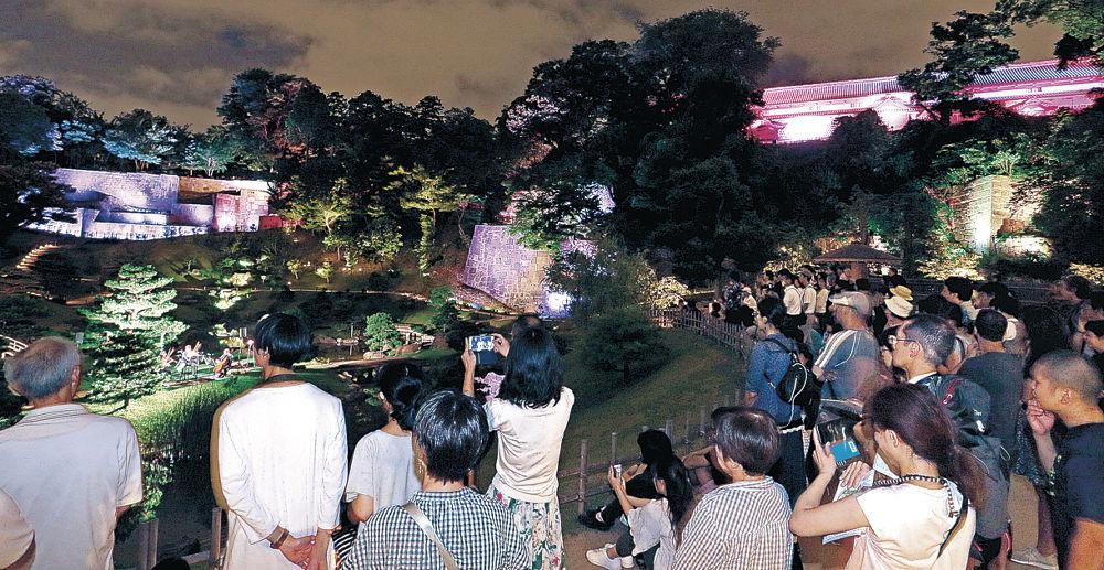 ライトアップされた風景を観賞する来園者=金沢城公園玉泉院丸庭園