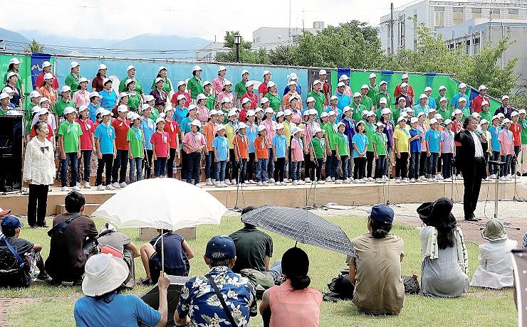 松本城二の丸御殿跡に美しい歌声が響いた「お城deハーモニー」=11日