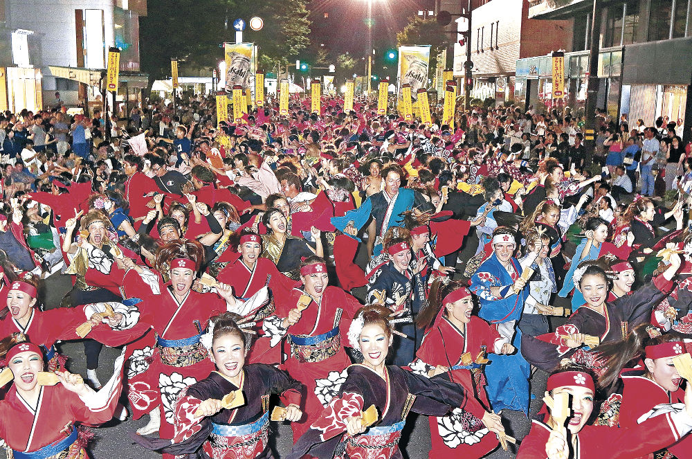 華やかな演舞で熱気が最高潮に達したYOSAKOIソーランの総踊り=北國新聞会館前