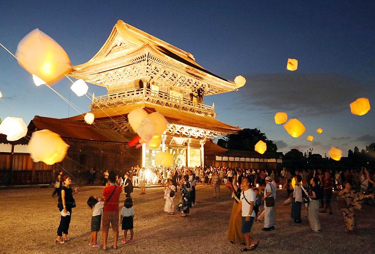 ランタンが幻想的に浮かぶ中、金色に輝く山門=瑞龍寺
