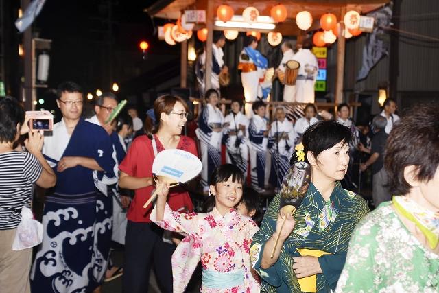 やぐらを囲んで大きな輪をつくり、盆踊りを楽しむ市民ら=8月12日夜、福井県大野市明倫町