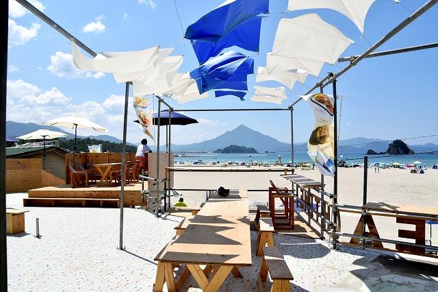 学生浜茶屋の2階のテラス席からの景色。美しい海と青葉山が望めるよう、テーブルの配置などに工夫を凝らした=福井県高浜町和田の若狭和田海水浴場